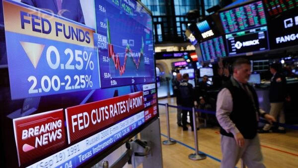 A screen displays the U.S. Federal Reserve interest rates announcement as traders work on the floor of the New York Stock Exchange (NYSE) in New York, U.S., July 31, 2019. - Sputnik International