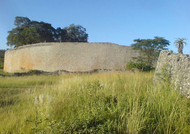 Wall of the great enclosure (far), Great Zimbabwe