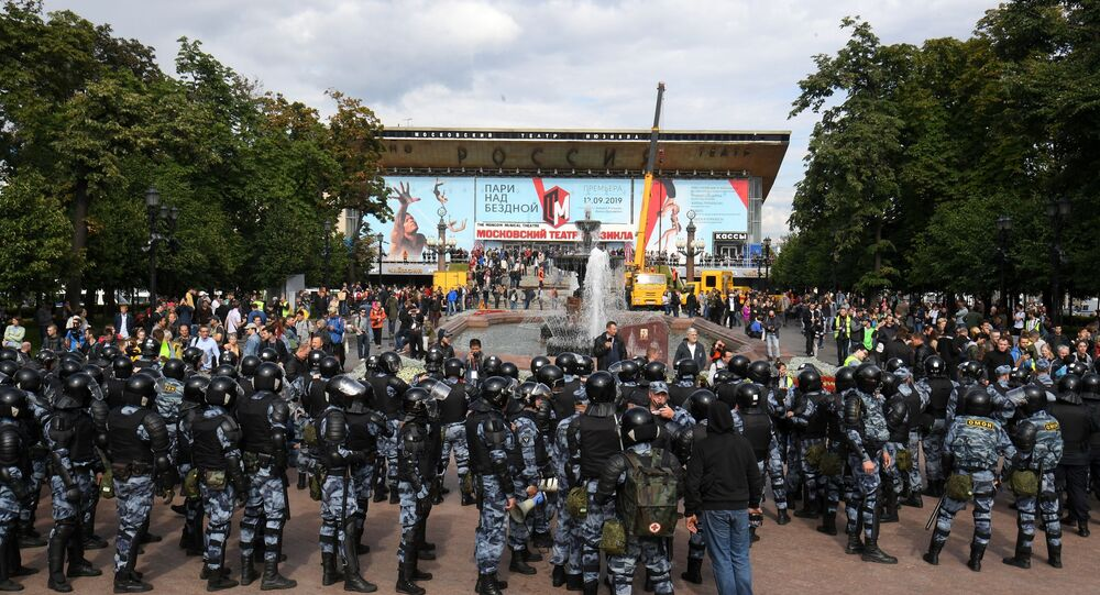 Police securing an unauthorised  meeting in Moscow