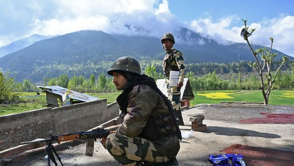 Indian Border Security Force (BSF) soldiers stand guard on the top of a polling station during a second phase of elections at Kangan, some 35 km from Srinagar on April 18, 2019 - Sputnik International