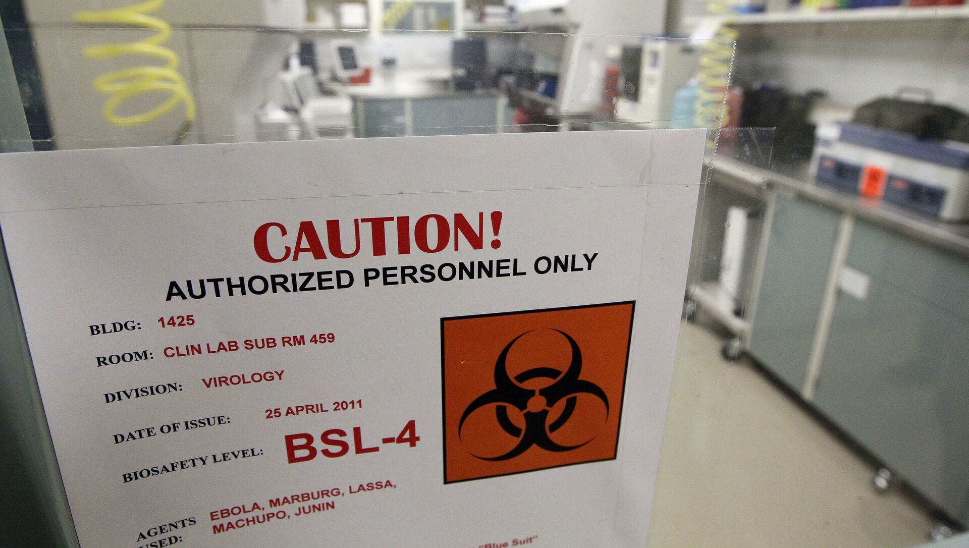 A sign on the door of a Biosafety Level 4 laboratory at the U.S. Army Medical Research Institute of Infectious Diseases in Fort Detrick, Md., Wednesday, 10 August 2011. - Sputnik International, 1920, 27.07.2021