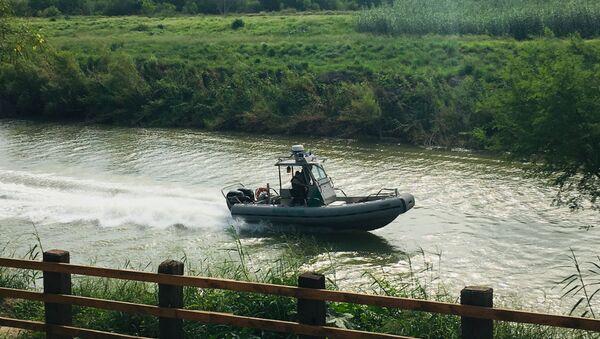 A U.S. Border Patrol boat navigates the Rio Grande  - Sputnik International