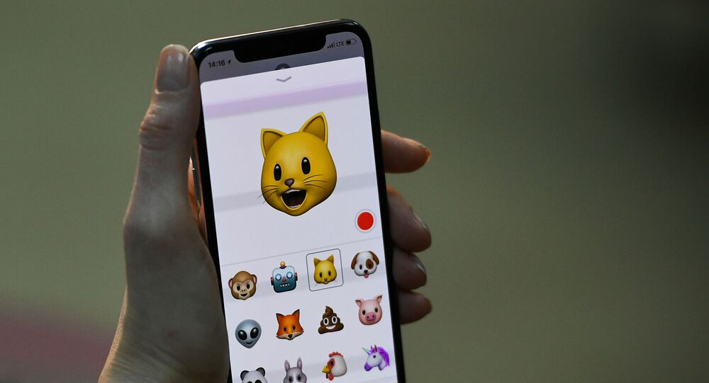 Эмодзи на экране нового смартфона iPhone X
