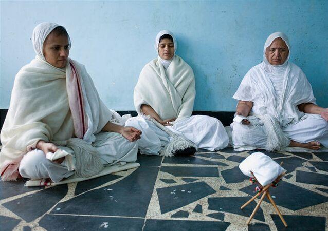Jain nuns meditating
