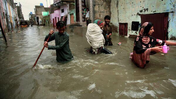 Затопленная в результате муссонных дождей улица Карачи, Пакистан - Sputnik International