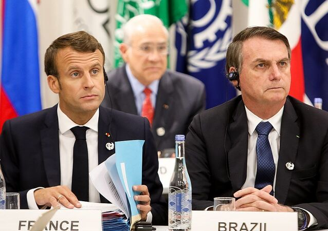 French President Emmanuel Macron (L) and his Brazil counterpart  Jair Bolsonaro (R). File photo