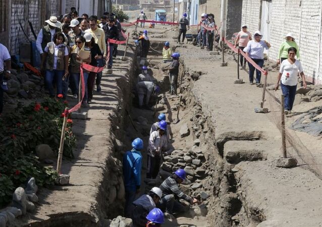 This handout picture released on June 28, 2018 shows the ongoing excavation where a group of archaeologists have discovered the remains of children offered in a ritual of the pre-Columbian Chimu culture, at the Huaca La Cruz, in Huanchaco, Peru