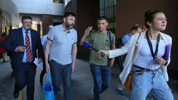 RIA Novosti Ukraine's Editor-in-Chief Kirill Vyshinsky near an appeals court's building in Kiev.  - Sputnik International