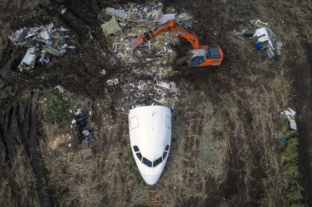 An operation to remove an Airbus A321 from the site of an emergency landing in the field outside Moscow