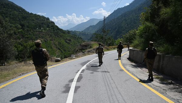 Pakistani troops patrol near the Line of Control (LoC) --- the de facto border between Pakistan and India -- in Chakothi sector, in Pakistan-administered Kashmir on August 29, 2019 - Sputnik International