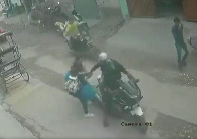 Bike borne chain snatchers caught red-handed by a woman and her daughter in Nangloi, Delhi on August 30