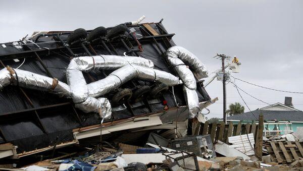 Power company lineman work to restore power after a tornado hit Emerald Isle, N.C. as Hurricane Dorian moved up the East coast on Thursday, Sept. 5, 2019. (AP Photo/Tom Copeland) - Sputnik International