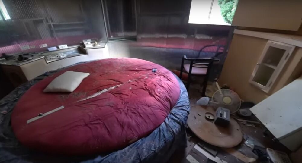 URBEX   Abandoned love motel with insane rooms