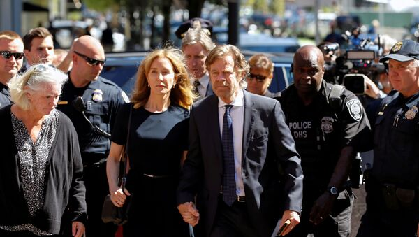 Actress Felicity Huffman arrives at the federal courthouse with her husband William H. Macy, before being sentenced in connection with a nationwide college admissions cheating scheme in Boston, Massachusetts, U.S - Sputnik International