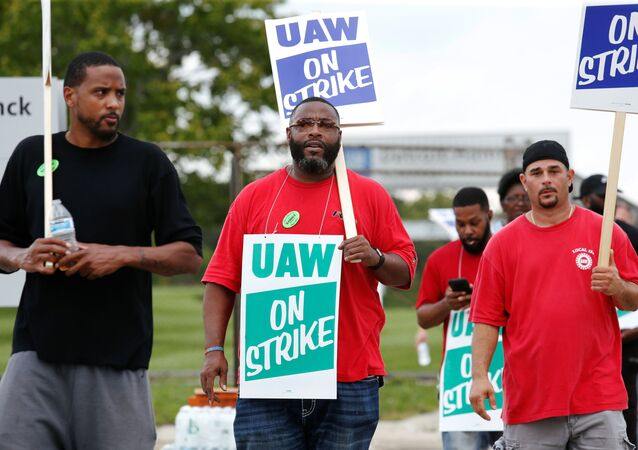 General Motors assembly workers picket outside the General Motors Detroit-Hamtramck Assembly plant during the United Auto Workers (UAW) national strike in Hamtramck, Michigan, U.S., September 16, 2019.   REUTERS/Rebecca Cook