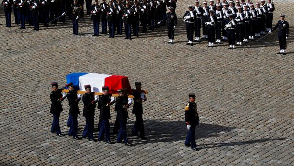 French Republican guards carry the flag-draped coffin of late French President Jacques Chirac during a military funeral honors ceremony at the Hotel des Invalides during a national day of mourning in Paris, France, September 30, 2019 - Sputnik International