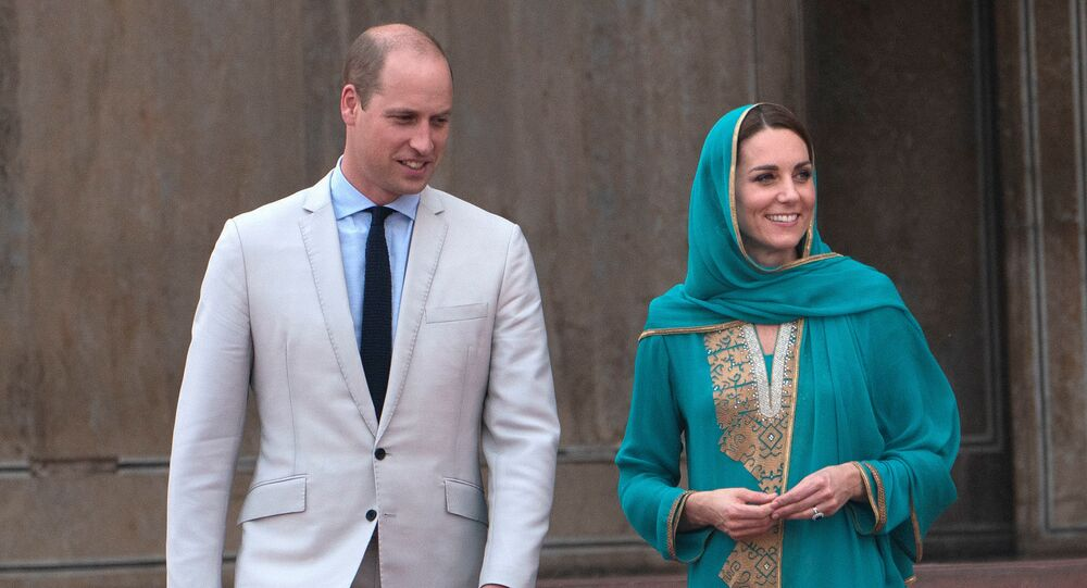 Britain's Prince William and Catherine, Duchess of Cambridge visit the Badshahi Mosque in Lahore, Pakistan October 17, 2019.