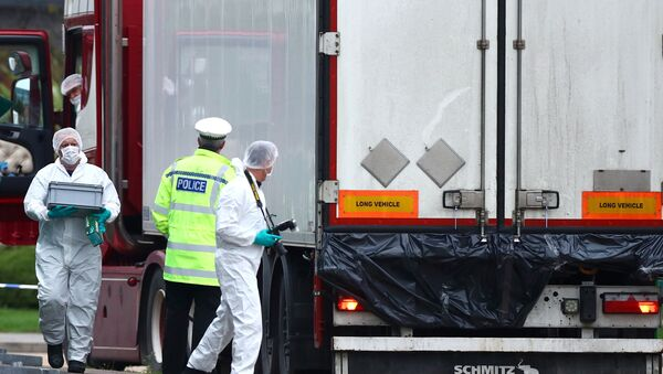 Police officers inspect the lorry in which 39 bodies were found - Sputnik International