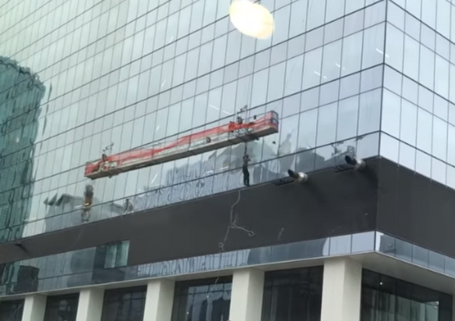 Powerful Canadian Winds Send Window Washers Crashing Into Skyscraper