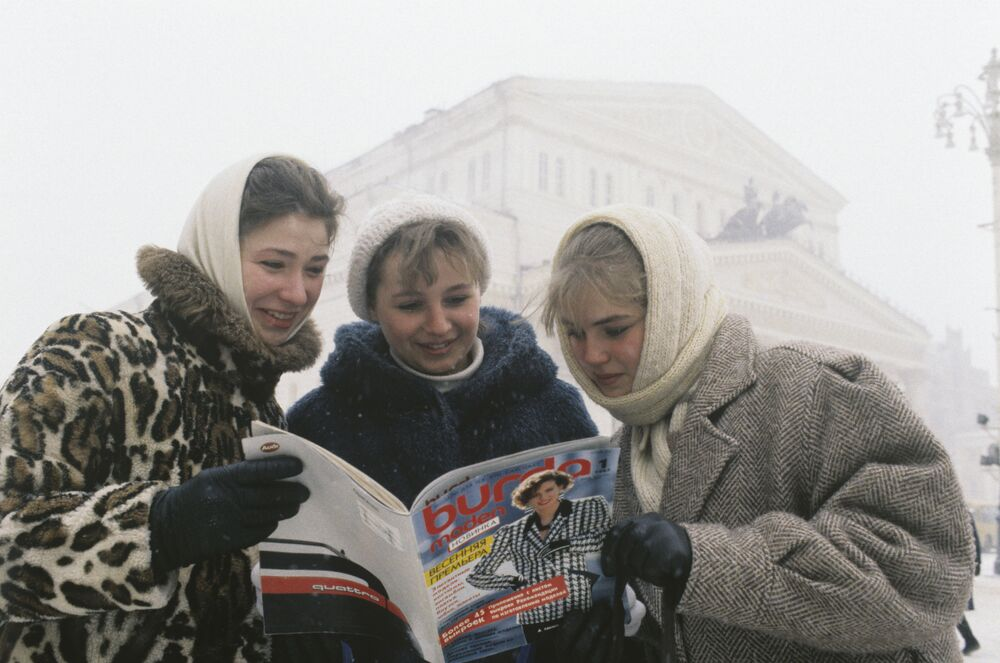 Girls reading the first Russian-language edition of Burda Moden (1987)