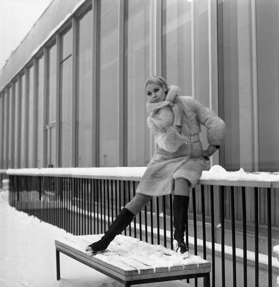 Model wears an otter-skin fur coat with a suede belt (1968)