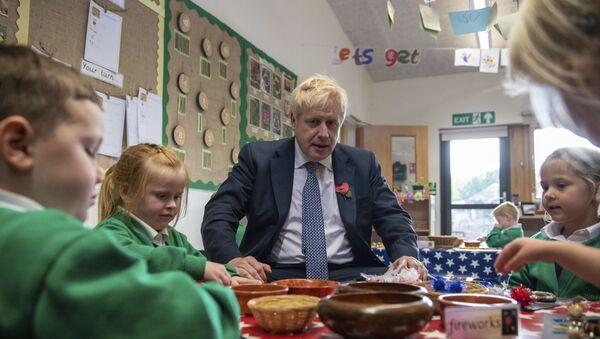 Boris Johnson at a primary school in Suffolk - Sputnik International