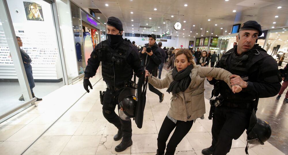 Catalan regional police 'Mossos D'Esquadra' officers evacuate a demonstrator as others sit and block the access to the platforms, at Barcelona Sants railway station during a protest called by local Republic Defence Committees (CDR) on November 16, 2019 in Barcelona.