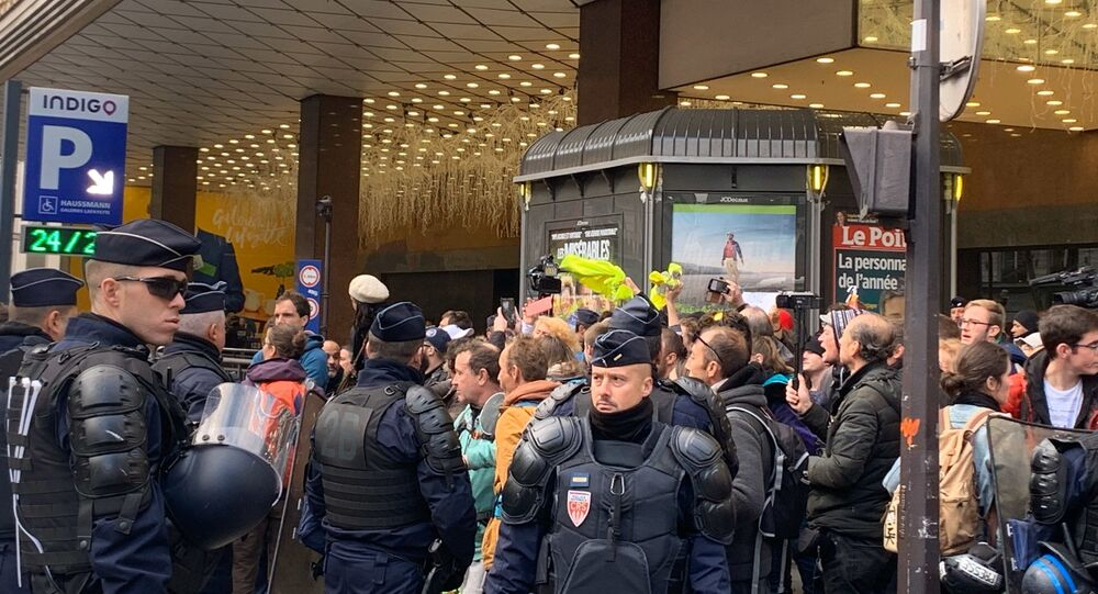 Police and Yellow Vest activists near Galeries Lafayette on 17 November, 2019