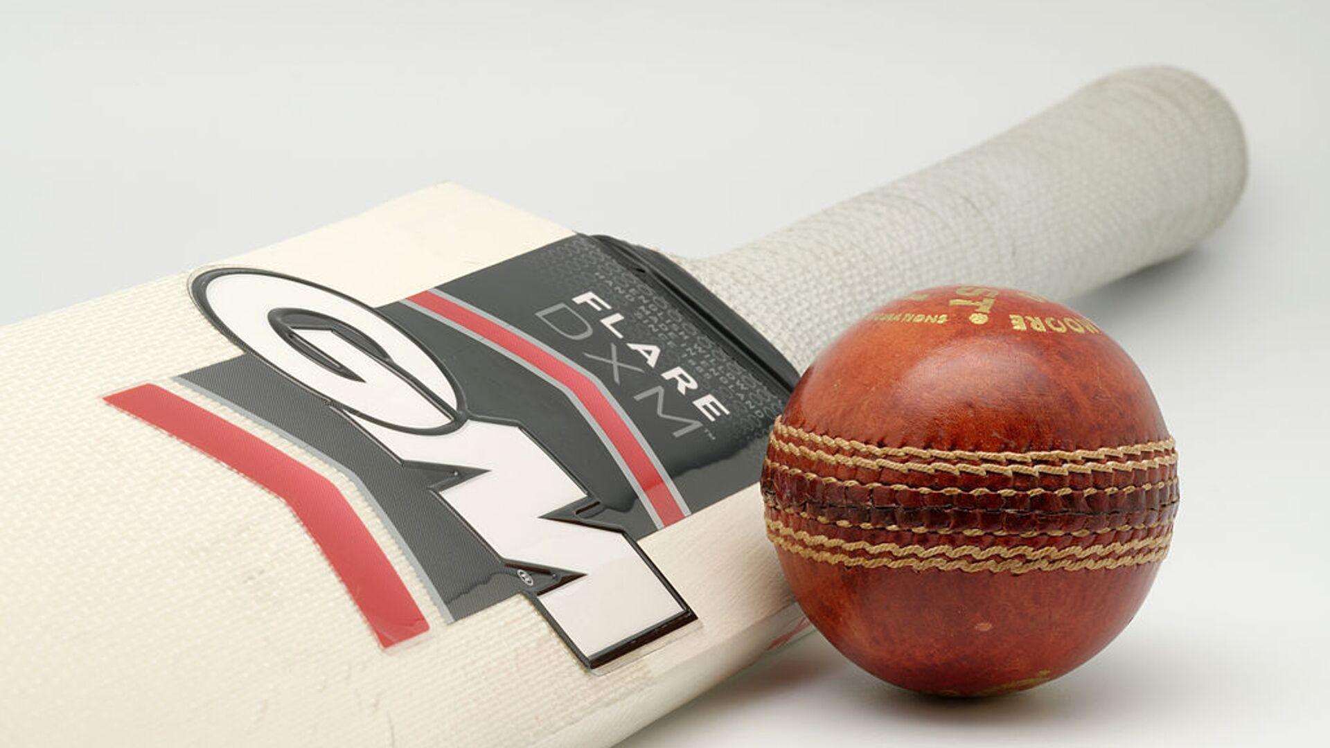 A Gunn & Moore Flare DXM bat (Harrow size) and a Gunn & Moore Purist 156g cricket ball. - Sputnik International, 1920, 02.08.2021