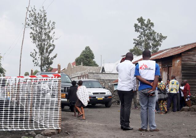 Congolese residents gather around Medecins Sans Frontieres (MSF) health workers.