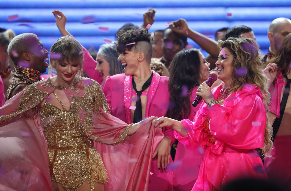 Taylor Swift and Shania Twain perform at the 2019 American Music Awards show in Los Angeles on 24 November 2019.