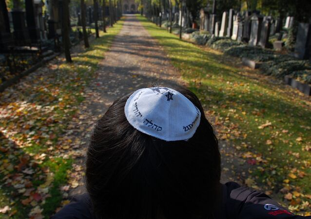 A kippa is required before entering the Jewish Cemetery.