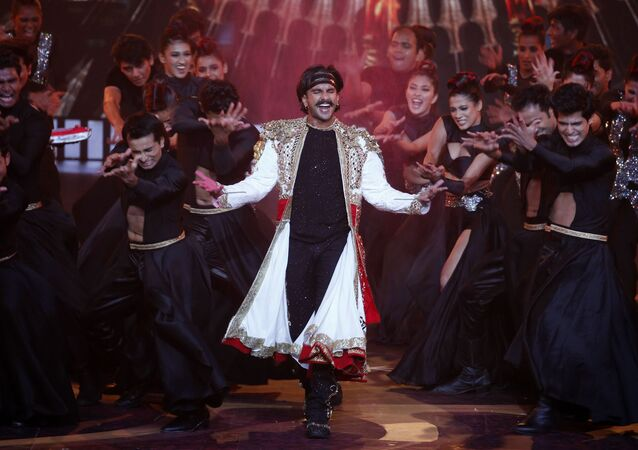 Bollywood actor Ranveer Singh, center, performs during the 20th International Indian Film Academy (IIFA) awards ceremony in Mumbai, India, Wednesday, Sept. 18, 2019