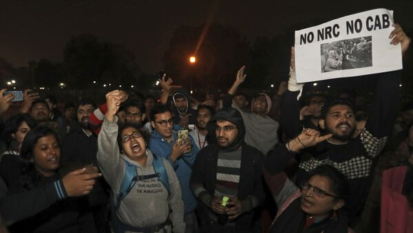 Students shout anti government slogans during a protest at the India Gate against the new citizenship amendment law, in New Delhi, India, Monday, Dec.16, 2019 - Sputnik International