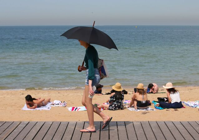 People flock to St Kilda beach as a heat wave sweeps across Victoria, Australia, December 18, 2019. AAP Image/David Crosling/via REUTERS  ATTENTION EDITORS - THIS IMAGE WAS PROVIDED BY A THIRD PARTY. NO RESALES. NO ARCHIVE. AUSTRALIA OUT. NEW ZEALAND OUT. NO COMMERCIAL OR EDITORIAL SALES IN NEW ZEALAND. NO COMMERCIAL OR EDITORIAL SALES IN AUSTRALIA.