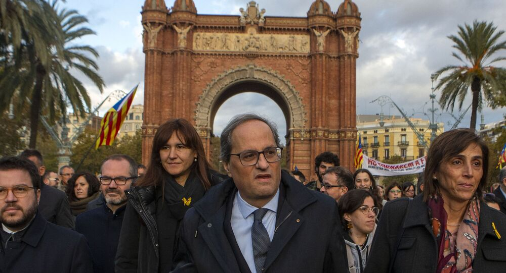 Catalan regional president Quim Torra, centre, arrives at the Catalonia's high court in Barcelona, Spain, Monday, Nov.18, 2019. The pro-independence regional president of Catalonia is standing trial for allegedly disobeying Spain's electoral board by not removing pro-secession symbols from public buildings during an election campaign.