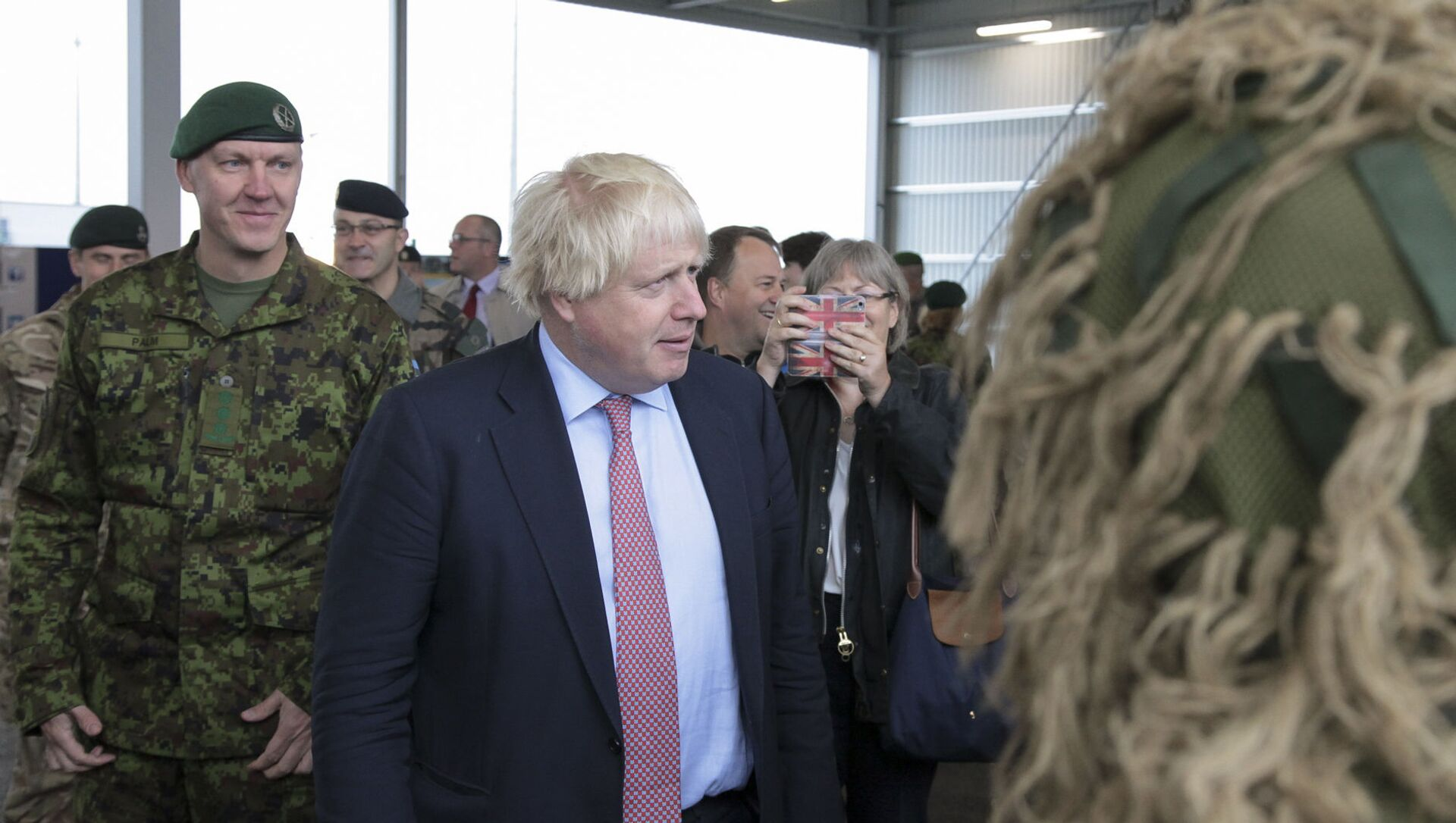In this Estonian Army photo made available on Friday, Sept. 8 2017, British Foreign Secretary Boris Johnson visits a NATO military unit outside Tallinn, Estonia - Sputnik International, 1920, 14.06.2021