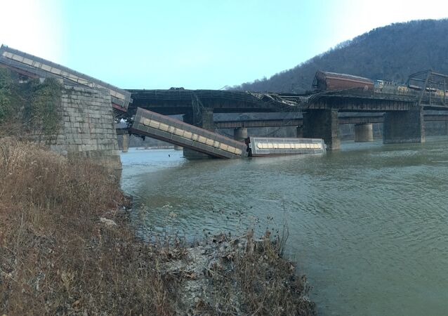 Railroad Freight Cars Plunge into Potomac River in West Virginia 21.12.2019
