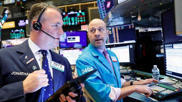 Traders work on the floor at the New York Stock Exchange (NYSE) in New York, U.S., December 17, 2019 - Sputnik International