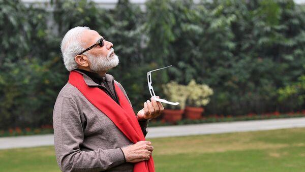 PM Modi watching the Solar Eclipse - Sputnik International