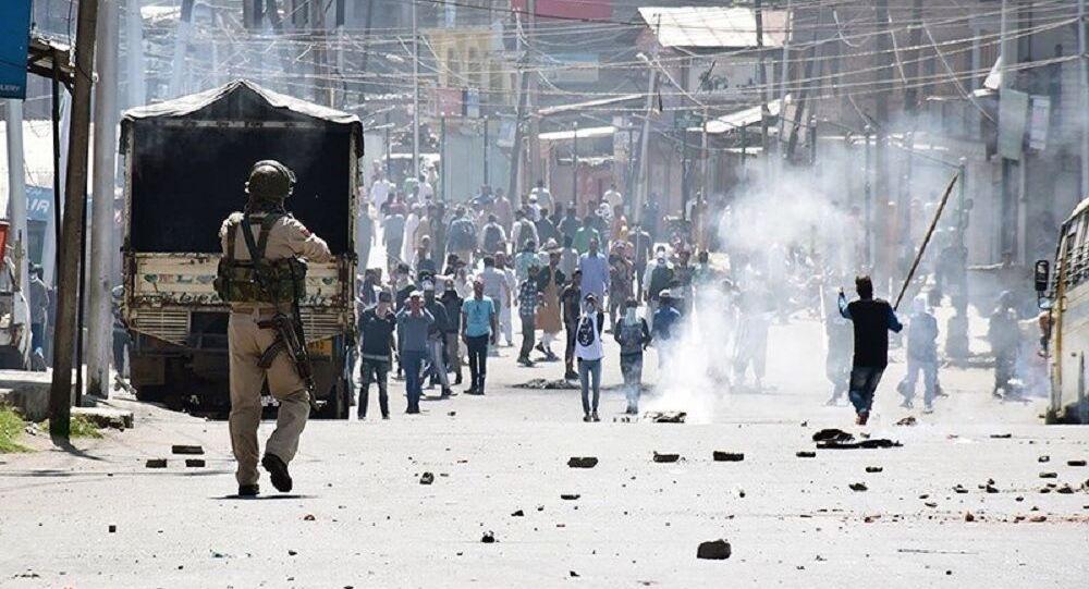 Police in Kashmir confronting violent protestors (File)