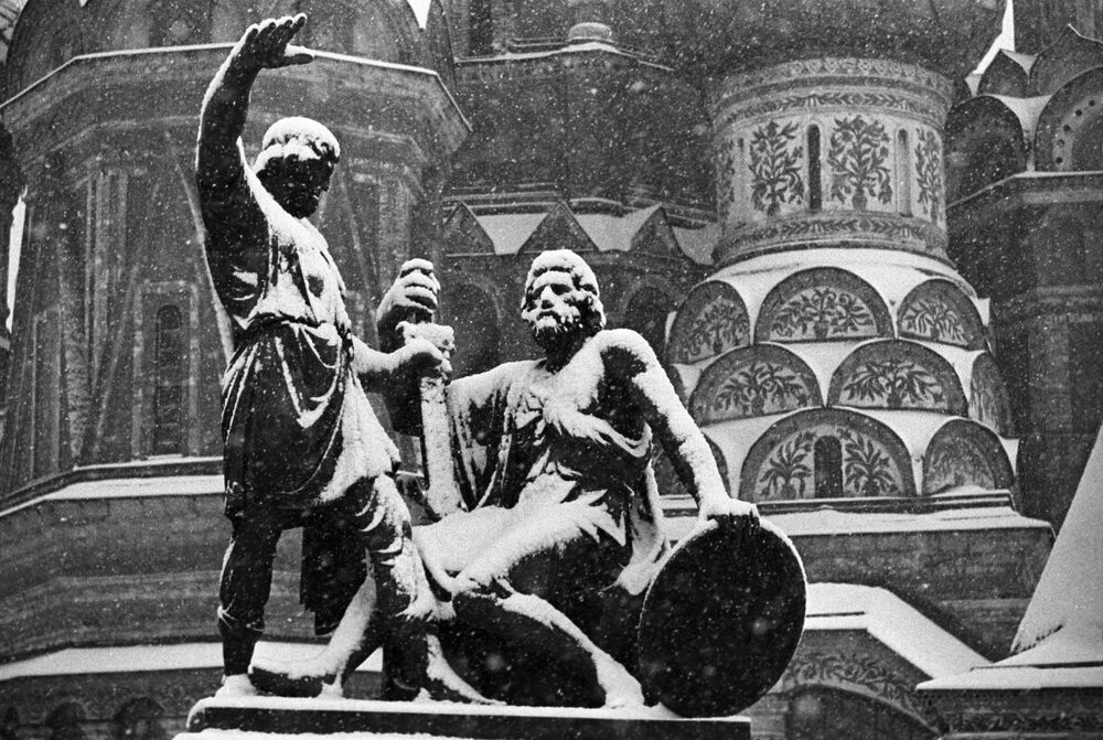 Monument to Kozma Minin and Dmitry Pozharsky on Red Square in Moscow