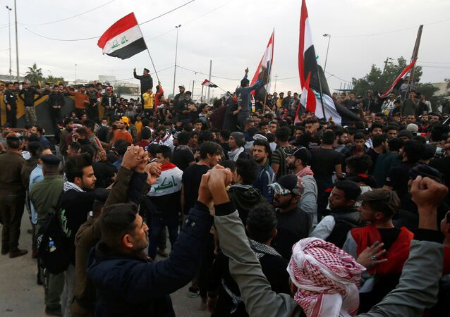 Iraqi demonstrators gather during ongoing protests in Basra, Iraq January 10, 2020. REUTERS/Essam al-Sudani