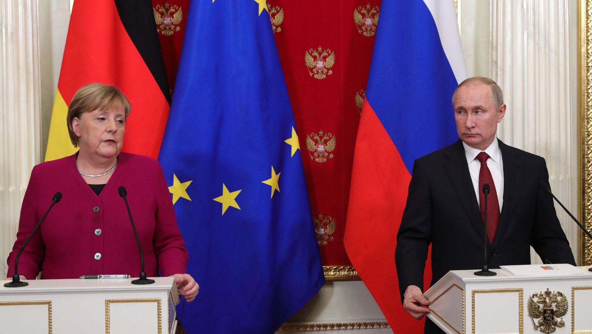 German Chancellor Angela Merkel and Russian President Vladimir Putin speak at a press conference at the Kremlin on Saturday, 11 January 2020 - Sputnik International, 1920, 30.07.2021