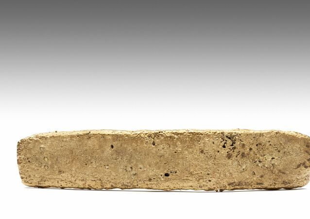 Handout picture released on January 9, 2020 by Mexico's National Institute of Anthropology (INAH) showing a 1.93-kilogram gold bar found in a Mexico City park in 1981 by a construction woker during excavations for a new building
