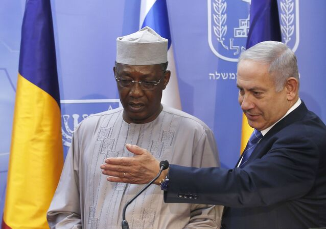 Israeli Prime Minister Benjamin Netanyahu, right, and President of Chad Idriss Deby give a joint press conference (File)