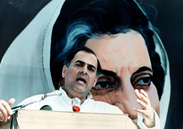 Indian Prime Minister Rajiv Gandhi adress a massive rally of 200,000 Congress Party supporters at the historic Red Ford, New Delhi, India, 31. October 1988, to mark the fourth anniversary of the assasination of Rajiv's mother, the late Indira Gandhi. Meanwhile, farmers have called off their week-long protests blocking the road to parliament. (AP-Photo) 31.10.1988