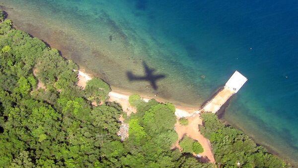 Plane's Shadow Over Water - Sputnik International