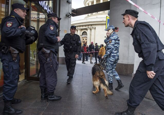 Police seen here outside a retail center in St. Petersburg as operative services check information on bombs planted in the city's buildings and retail centers