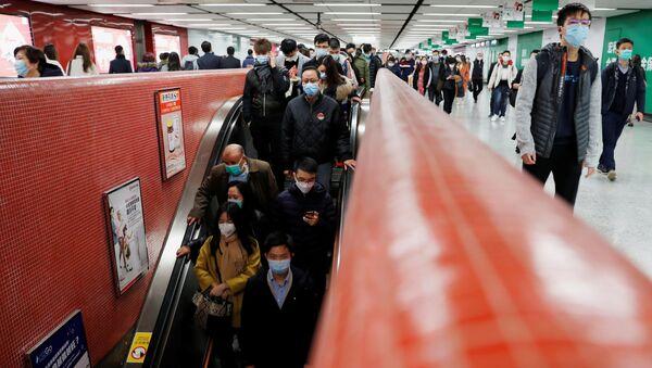 Passengers wear mask to prevent a new coronavirus outbreak at a Mass Transit Railway (MTR) subway train station in Hong Kong, China, January 29, 2020.  - Sputnik International